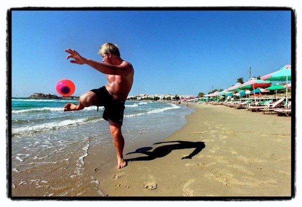 Fotball på stranden. Naxos, Hellas 2004. Foto: Jørgen Braastad